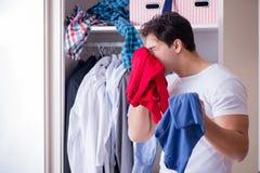 El hombre desamparado con ropa sucia después de separar de esposa imagen de archivo