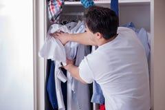 El hombre desamparado con ropa sucia después de separar de esposa fotos de archivo libres de regalías