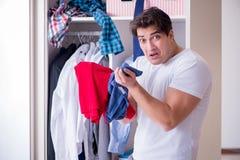 El hombre desamparado con ropa sucia después de separar de esposa foto de archivo libre de regalías