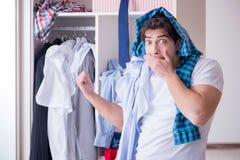 El hombre desamparado con ropa sucia después de separar de esposa imagen de archivo libre de regalías