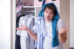 El hombre desamparado con ropa sucia después de separar de esposa fotografía de archivo libre de regalías