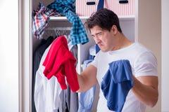 El hombre desamparado con ropa sucia después de separar de esposa imágenes de archivo libres de regalías