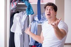 El hombre desamparado con ropa sucia después de separar de esposa imagenes de archivo