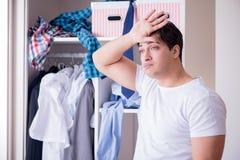 El hombre desamparado con ropa sucia después de separar de esposa fotos de archivo