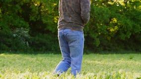 El hombre descalzo est? caminando en el campo entre las camas del guisante metrajes