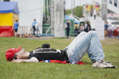 El hombre descansa al aire libre en Minsk (Bielorrusia) Imagen de archivo