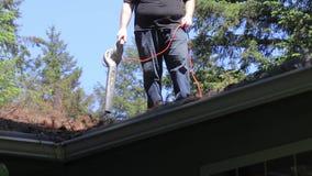 El hombre descarga el tejado almacen de metraje de vídeo