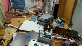 El hombre destruye una maleta vieja por una almádena metrajes