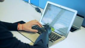 El hombre discapacitado escribe una letra en una tableta, visión trasera almacen de metraje de vídeo