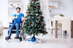 El hombre discapacitado herido que celebra la Navidad en casa Fotos de archivo libres de regalías