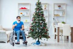 El hombre discapacitado herido que celebra la Navidad en casa Imagen de archivo libre de regalías
