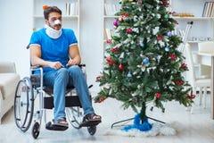 El hombre discapacitado herido que celebra la Navidad en casa Foto de archivo