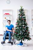 El hombre discapacitado herido que celebra la Navidad en casa Foto de archivo libre de regalías