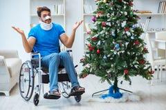 El hombre discapacitado herido que celebra la Navidad en casa Fotografía de archivo