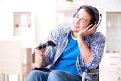 El hombre discapacitado que juega a los juegos de ordenador durante la rehabilitación Fotografía de archivo