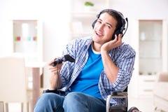 El hombre discapacitado que juega a los juegos de ordenador durante la rehabilitación Foto de archivo libre de regalías