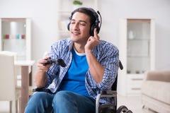 El hombre discapacitado que juega a los juegos de ordenador durante la rehabilitación Imagenes de archivo