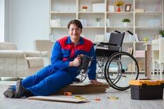 El hombre discapacitado que pone la lamina del piso en oficina fotografía de archivo