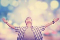 El hombre disfruta de la libertad con el fondo de la falta de definición Foto de archivo libre de regalías