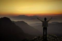 El hombre disfruta de la libertad en la montaña Fotos de archivo libres de regalías
