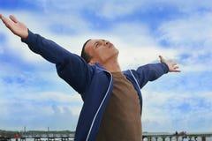 El hombre disfruta de la libertad en la playa Imagenes de archivo