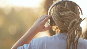 El hombre disfruta de la música