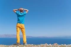 El hombre disfruta de sus vacaciones cerca del mar Fotos de archivo