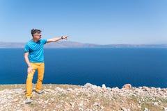 El hombre disfruta de sus vacaciones en Grecia cerca del mar Imágenes de archivo libres de regalías