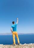 El hombre disfruta de sus vacaciones en Grecia cerca del mar Fotos de archivo