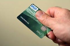 El hombre distribuye la tarjeta de crédito Fotos de archivo libres de regalías