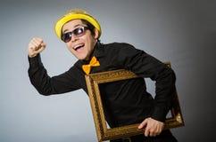El hombre divertido con el marco Imágenes de archivo libres de regalías