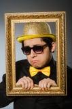 El hombre divertido con el marco Foto de archivo