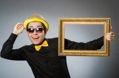 El hombre divertido con el marco Imagen de archivo libre de regalías