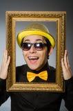El hombre divertido con el marco Imagenes de archivo