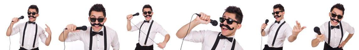 El hombre divertido con el mic aislado en blanco imagen de archivo libre de regalías