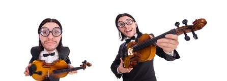 El hombre divertido con el instrumento de música en blanco imagen de archivo