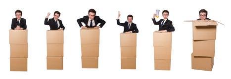 El hombre divertido con las cajas aisladas en blanco Fotografía de archivo