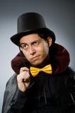 El hombre divertido del mago con la vara y el sombrero Imagenes de archivo