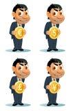 El hombre divertido en un traje sostiene la moneda Dólar, euro, yen, sterlin de la libra Imágenes de archivo libres de regalías