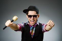El hombre divertido que canta en Karaoke Foto de archivo