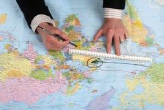 El hombre drena del plan en la correspondencia de mundo Imagen de archivo libre de regalías