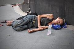 El hombre duerme en la calle en Bangkok Fotos de archivo