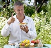 El hombre el vegetariano come la ensalada Imagenes de archivo