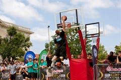 El hombre eleva sobre competencia de la clavada de Rim In Outdoor Street Slam Imagen de archivo libre de regalías