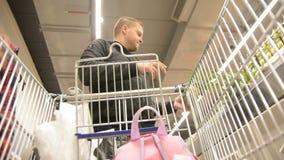 El hombre elige las frutas Resuma la imagen borrosa de la alameda y de la gente de compras Fondo defocused de la opinión del carr metrajes