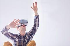 El hombre emocionado utiliza nuevas tecnologías Foto de archivo