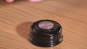 El hombre empuja el botón de la llamada manualmente y el LED en él destella metrajes