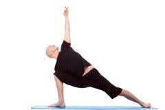 El hombre enérgico practica yoga aislado en blanco fotografía de archivo
