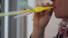 El hombre en casquillo de la Navidad toca la flauta almacen de video