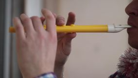 El hombre en casquillo de la Navidad toca la flauta almacen de metraje de vídeo